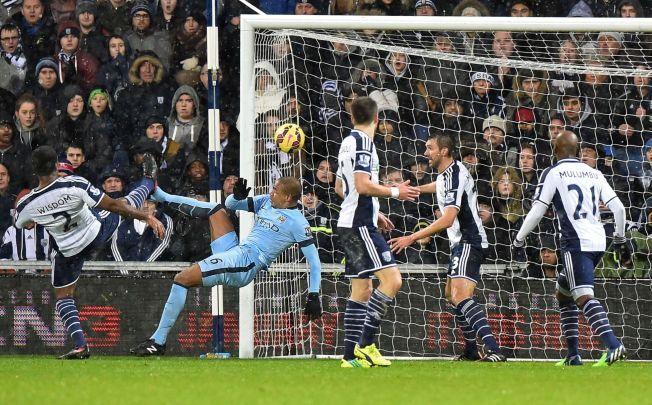 LEDELSE: Manchester City's Fernando fikk god hjelp fra West Brom-keeper Ben Foster da han satt inn 1-0 til gjestene.