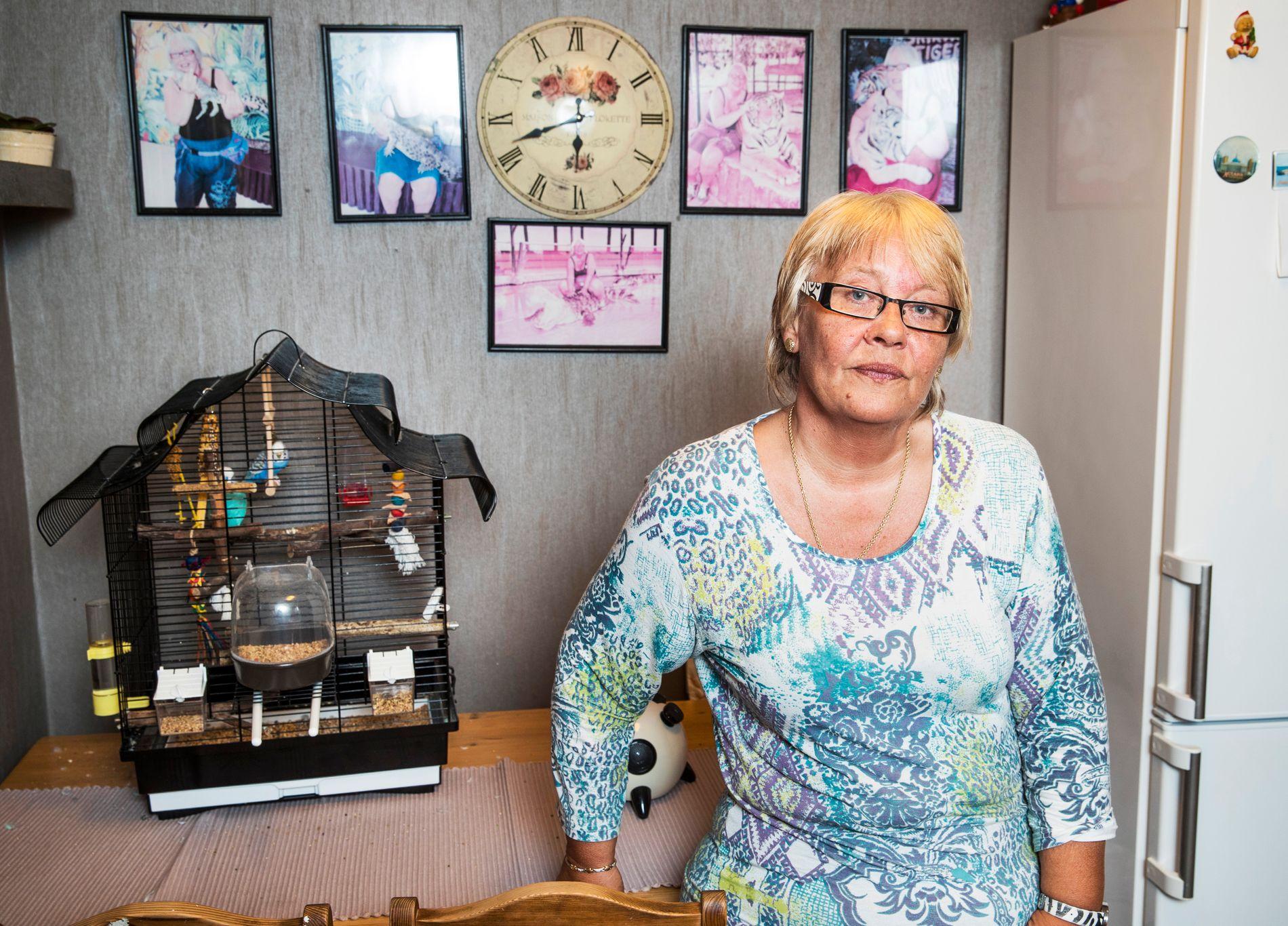 SLITEN: - Jeg blir mister all energi av å snakke om Baneheia-saken, sier Berit Andersen, fotografert på kjøkkenet i leiligheten i Kristiansand, foran fugleburet til sønnen, drapsdømte Jan Helge Andersen.