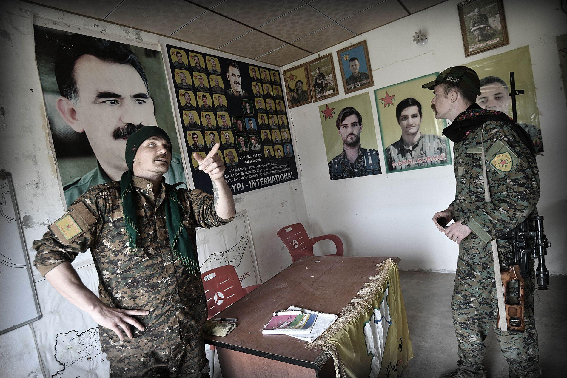 REISTE FRA EUROPA: Her viser den tyske fremmedkrigeren Egid Tekoser fram akademiet der YPG trener krigere fra utlandet.