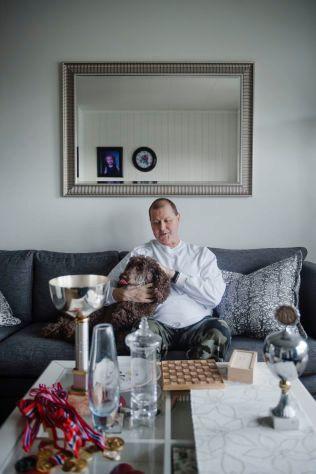 ALLE NM-TROFEER: Her er Stein Bjørnsen sammen med trofeene han har fått etter fem NM-titler i fire ulike idretter.