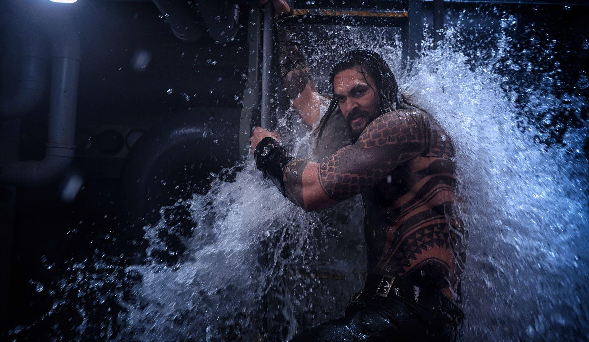 HELT PÅ LAND OG I VANN: Arthur Curry (Jason Mamoa) vokser opp med overmenneskelige krefter som sønn av havets store dronning.