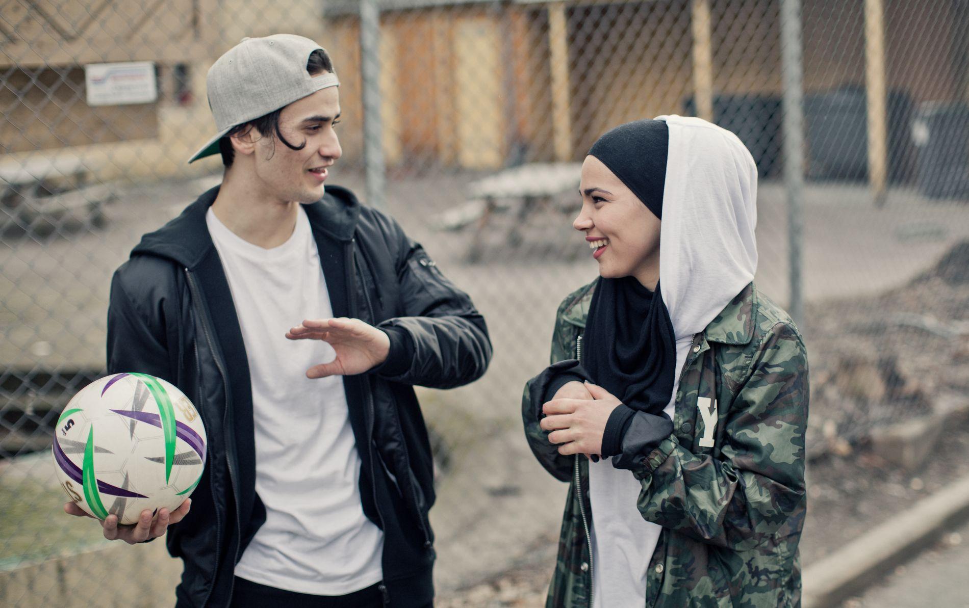 RØDMERKET: Kun til omtale av NRK-serien Skam. Her fra sesong 4. Cengiz Al som Yousef og Iman Meskini som Sana. Foto: NRK