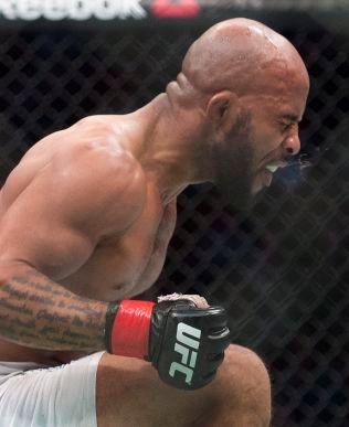 EN AV DE VIRKELIG STORE: Han er mester i den miste vektklassen, men Demetrious Johnson har vært så overlegen de siste årene at han er rangert som en av de aller beste MMA-fighterne uansett vektklasse. Her jubler han etter seieren mot Kyoji Horiguchi i april.