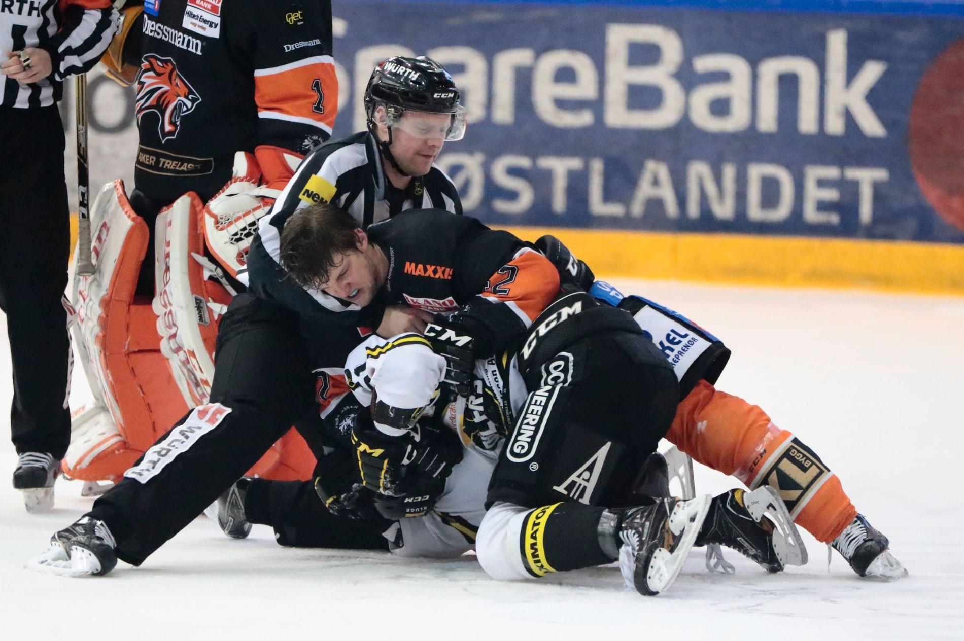 UTSLÅTT: Stavanger Oilers' Philip Cornet har kommet underst i denne situasjonen, og mesterlaget måtte også gi tapt mot Frisk Asker i selve kampen. Henrik Ødegaard er Frisk-spilleren.