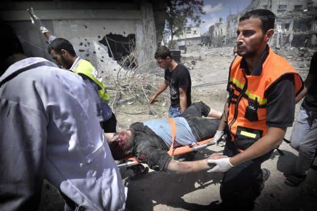 GAZAKONFLIKTEN: Under et lite opphold i skuddvekslingene mellom Hamas og Israel i fjor sommer, fikk hjelpemannskaper slippe inn og hente ut skadede og døde. Den intense krigen varte i 51 dager.
