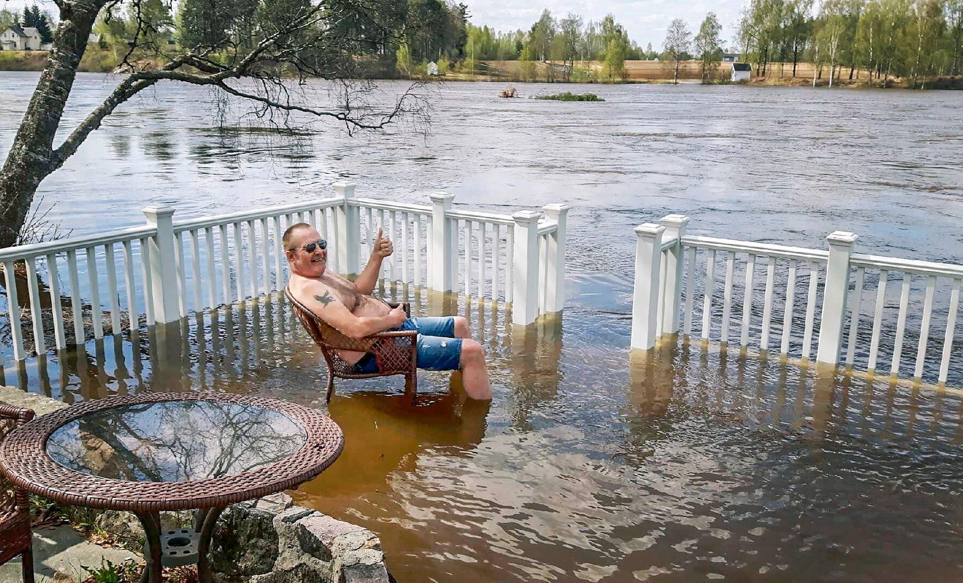 TOMMEL OPP: Frank Niva smiler fra plattingen i Elverum sentrum, men er bekymret for vannivået, som stiger hele tiden.