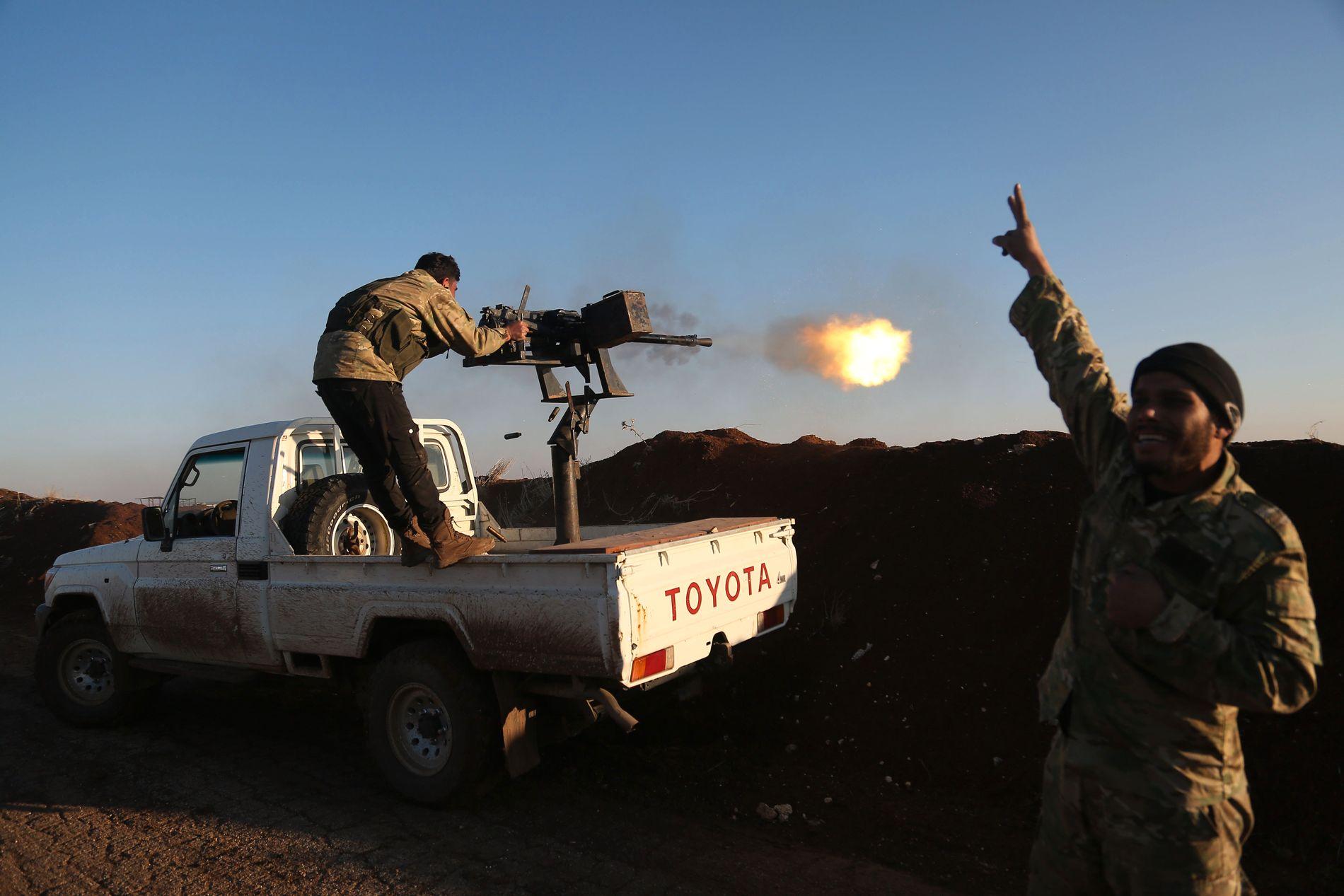 STØTTET AV TYRKIA: Krigere fra Free Syrian Army, støttet av Tyrkia, ved landsbyen Um Al-Osh. De rykker mot Afrin fra Hatay-provinsen i Tyrkia lørdag 20. januar.