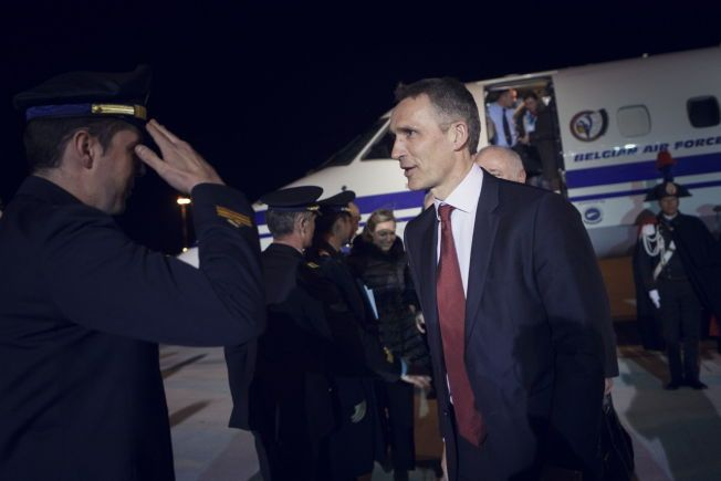 PÅ BESØK: Generalsekretær i NATO, Jens Stoltenberg, ankommer med Roma med privatfly onsdag kveld.