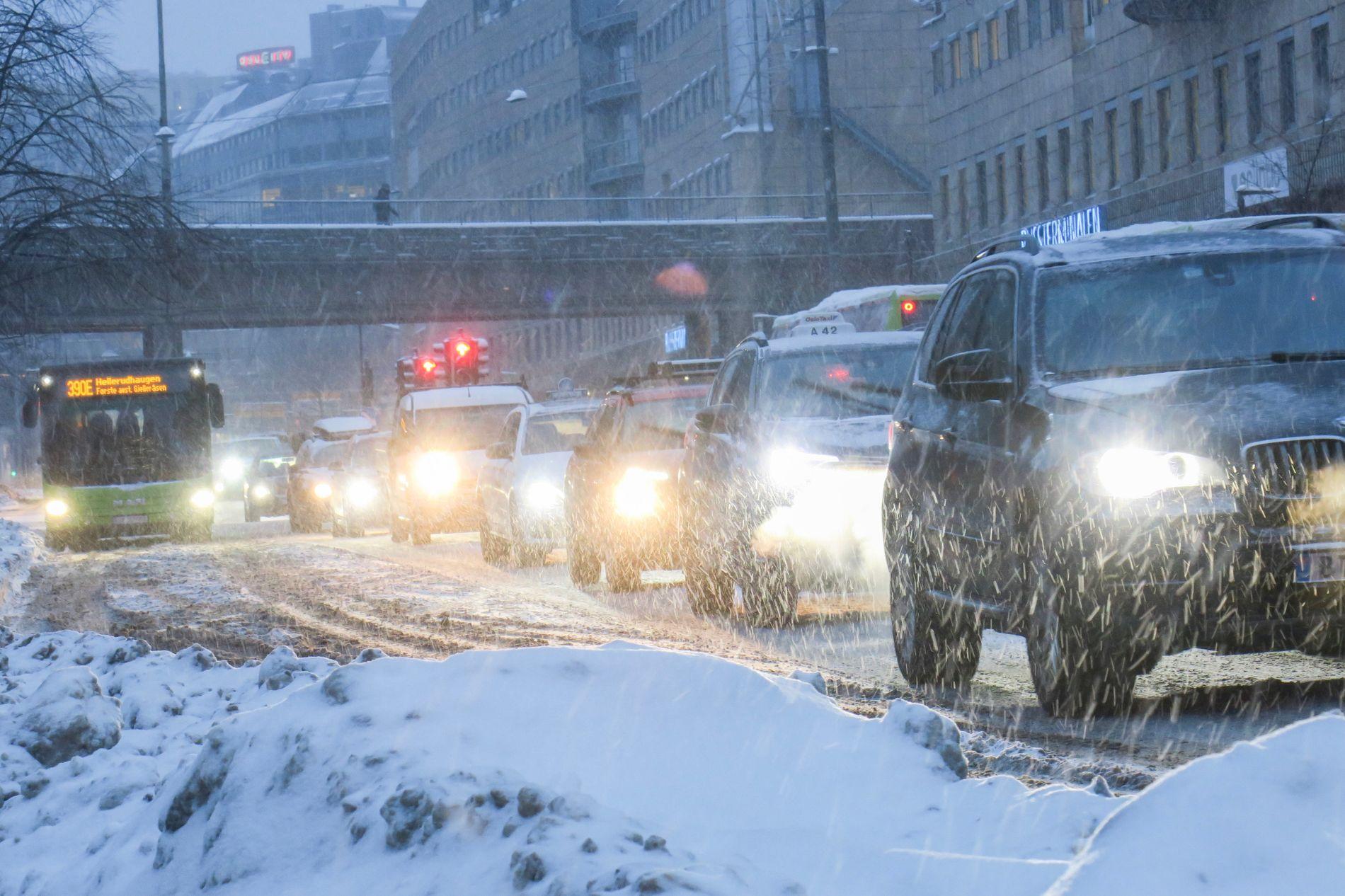 MIDT I RUSHEN: Snøfallet onsdag kan falle på et lite gunstig tidspunkt, ifølge meteorologen. Her trafikken i Oslo mandag.
