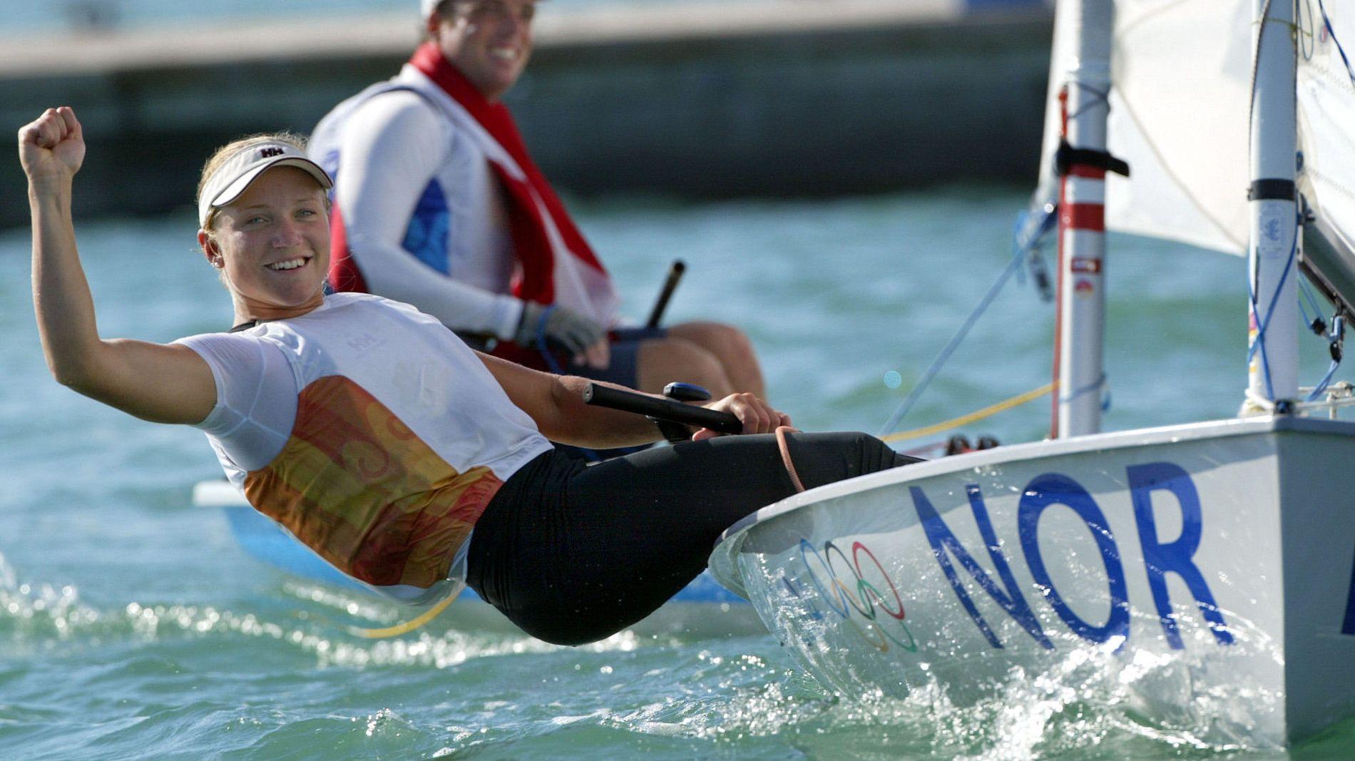 GLAD: Siren Sundby feirer etter å ha vunnet OL-gull i europajolle i Aten i 2004.
