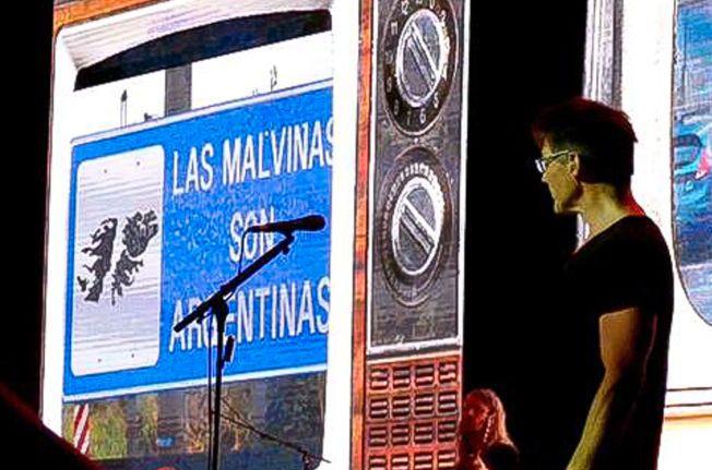ARGENTINSKE BILDER: Et skilt med påskriften «Falklandsøyene er argentinske» som ble vist under a-ha-konserten i Buenos Aires.
