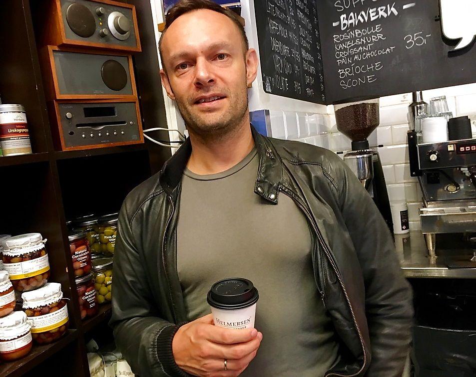 HØRER PÅ FM-RADIO: Stortingsrepresentant Torgeir Knag Fylkesnes (SV) hører gjerne på radio på FM-båndet på kafé hjemme i Tromsø.