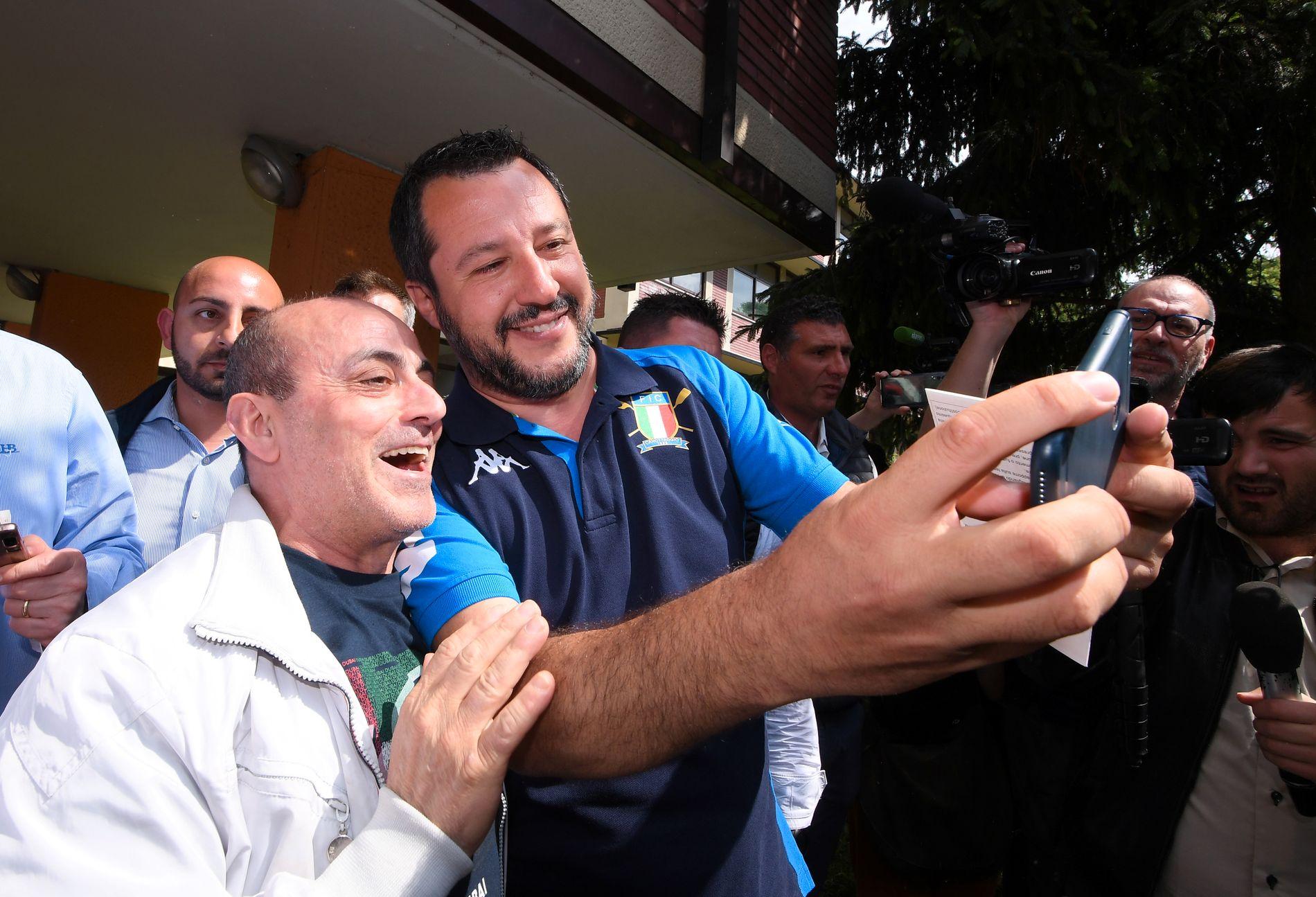 STØRST HHEMME: Italias Lega-leder Matteo Salvini tar selfie med en tilhenger etter å ha avgitt sin stemme ved EU-valget søndag. Hans parti blir størst på den ytterliggående høyresiden i det nye EU-parlamentet.