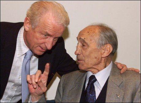 VERDENSMESTER: Enzo Bearzot (t.h.), her i samtale med Giovanni Trapattoni, døde tirsdag. Foto: AP