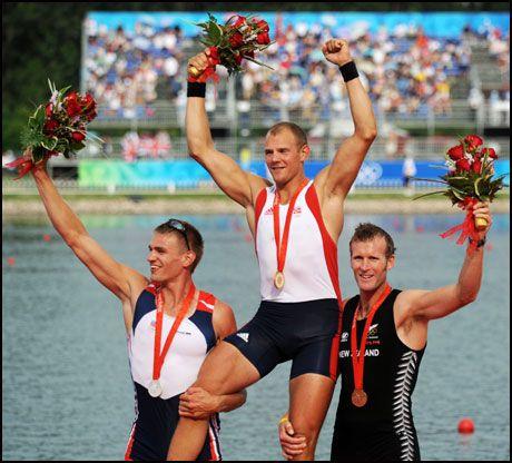 SMILTE IGJEN: Mahe Drysdale klarte å smile på seierspallen. Men Olaf Tufte og Ondrej Synek hadde større grønn til å smile. Foto: AFP