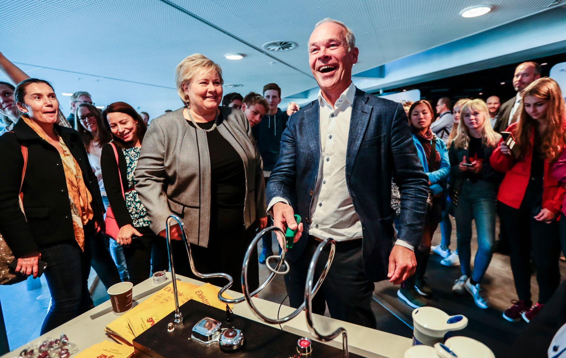 STØDIG:  Kunnskapsminister Jan Tore Sanner (H) angrer ikke et sekund på at Høyre gikk i bresjen for å innføre en fraværsgrense i videregående. Her forsøker han å føre redskapen stødig uten å berøre strømførende metall på utstillingen «Fremtidens yrkesfag» i Oslo.