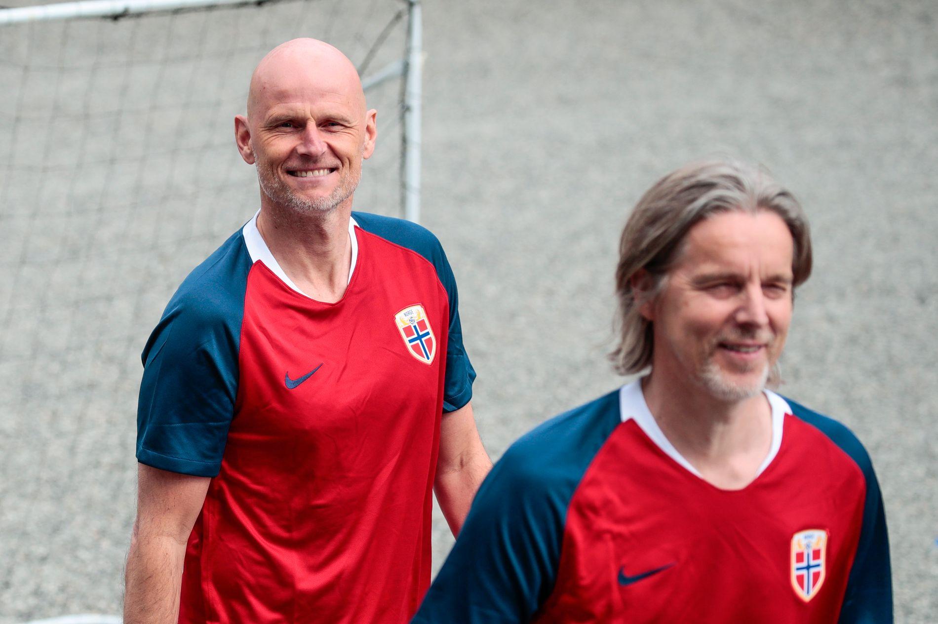 MED LANDSLAGSDRAKT IGJEN: Ståle Solbakken sammen med tidligere landslagskamerat Jan Åge Fjørtoft på den årlige vennskapskampen med kronprinsparet på Skaugum.