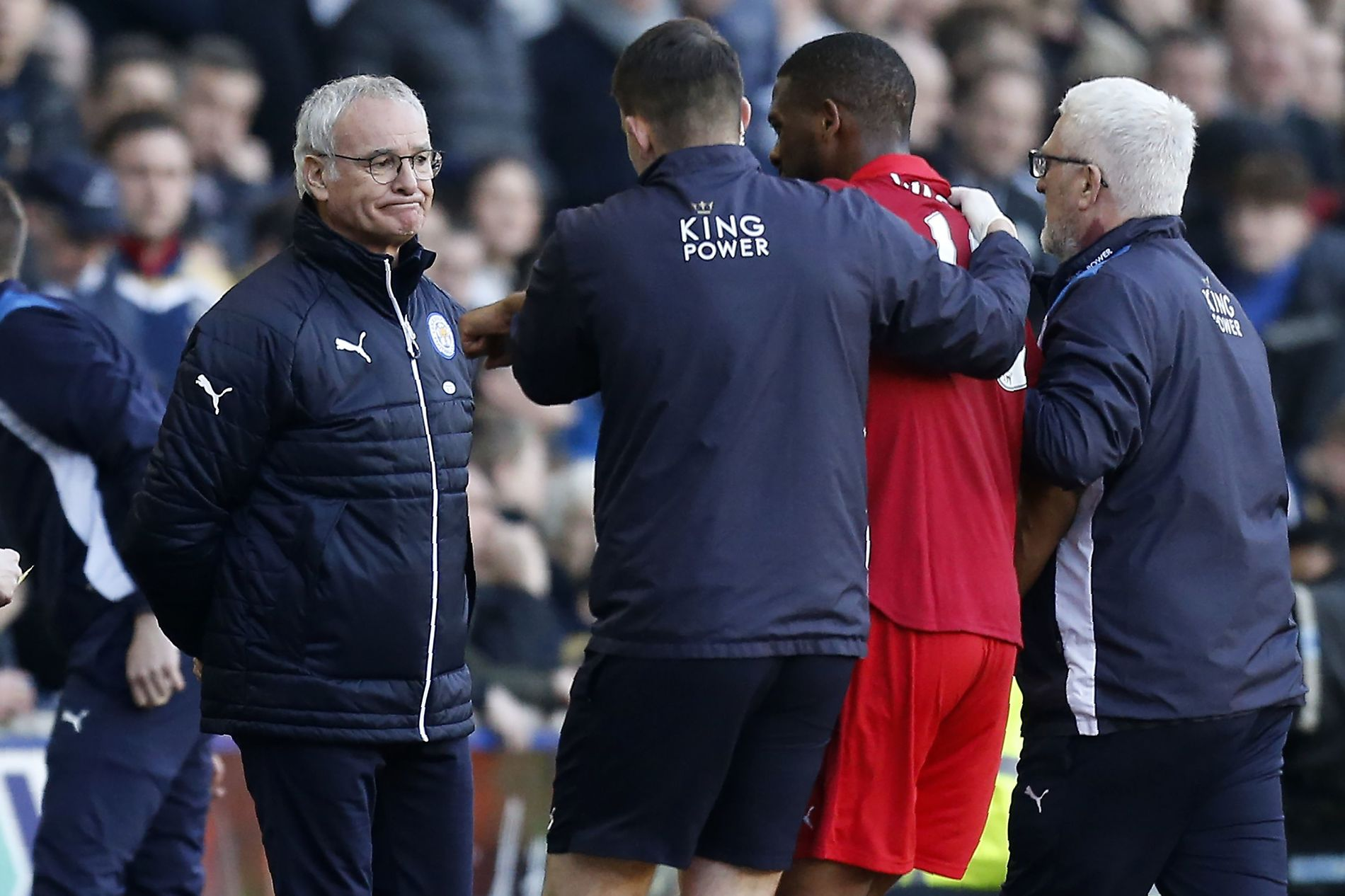 KRISE: Claudio Ranieri (t.v.) ser at forsvarer Molla Wague måtte av banen i tapet mot League One-laget Millwall.