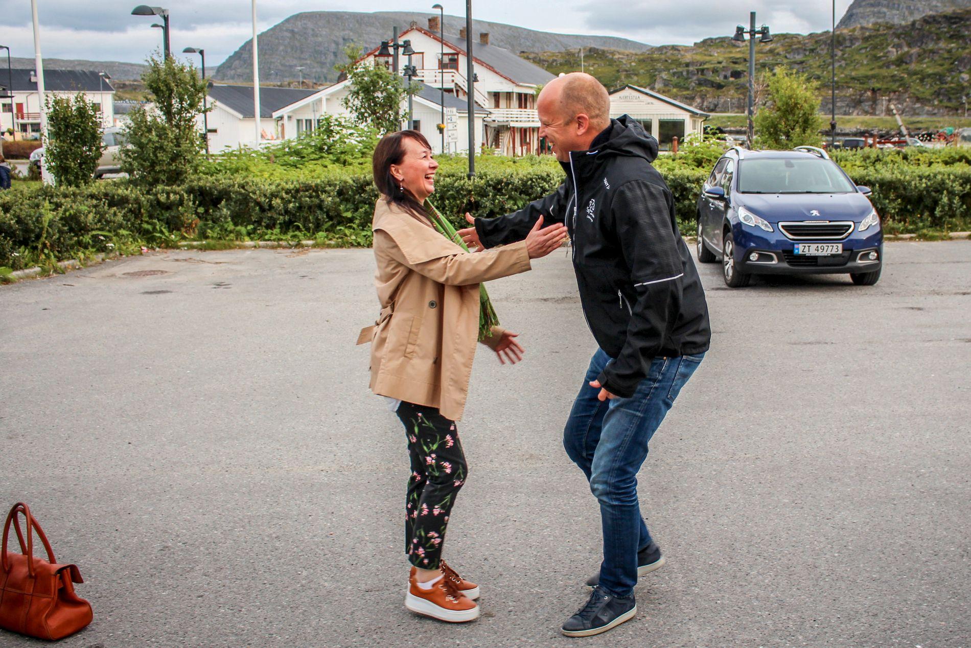 GJENSYNSGLEDE: Vedum møter han Sps eneste Finnmark-ordfører Reidun Mortensen. Hun har samarbeidet med Høyre denne perioden, men vil ikke si hvem hun ser til etter valget.