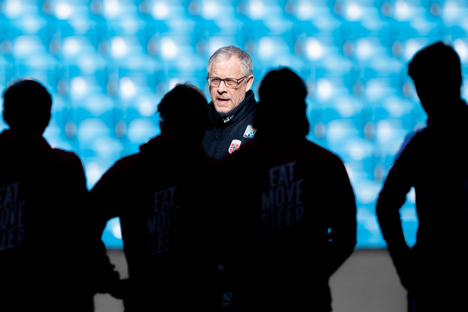 VIL SNU TRENDEN: Lars Lagerbäck forberedte landslaget i sol til Australia-kampen, men Norges resultater har befunnet seg på skyggesiden i svenskens første år.
