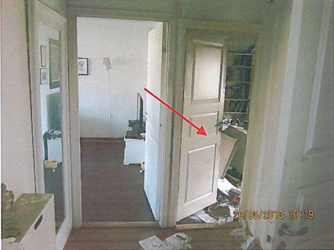 ÅSTEDET: Politiets bilder fra åstedet viser døren inn til Shilan Shorsh' soverom. Bak døren lå et veltet skrivebord, men en ti centimeters glippe gjør at politiet ikke med sikkerhet kan fastslå at kvinnen var alene i rommet da brannen startet.