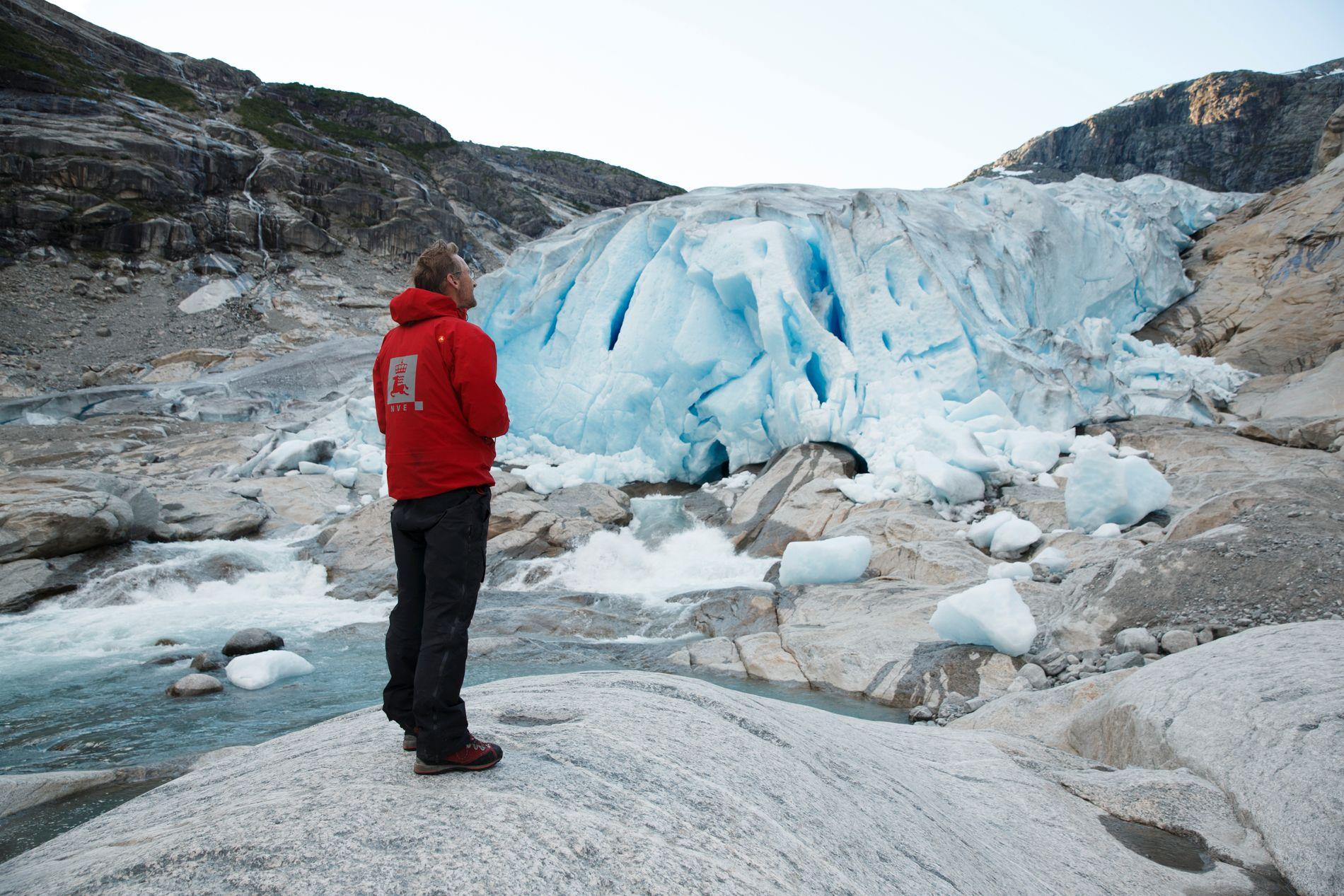 BREENE BLIR MINDRE: Hallgeir Elvehøy, senioringeniør i NVE tar målinger på Nigardsbreen, som er en brearm av Jostedalsbreen. På 3 år har den trekt seg tilbake 130 meter.