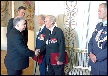 HEDRET: Gunnar Sønsteby og Bjørn Egge ble tildelt utmerkelser i Polen i dag. Foto: HANS CHR. HANSSON