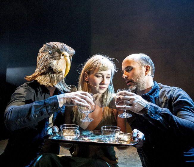 MENNESKENATUREN sett med ørneblikk: fra v. Frode Winther (som ørn), Marie Blokhus og Niklas Gundersen. Foto: DAG JENSSEN