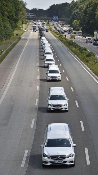 PÅ VEI HJEM: En kolonne med gravbiler frakter tyske ofrene til sine hjemsteder tirsdag.