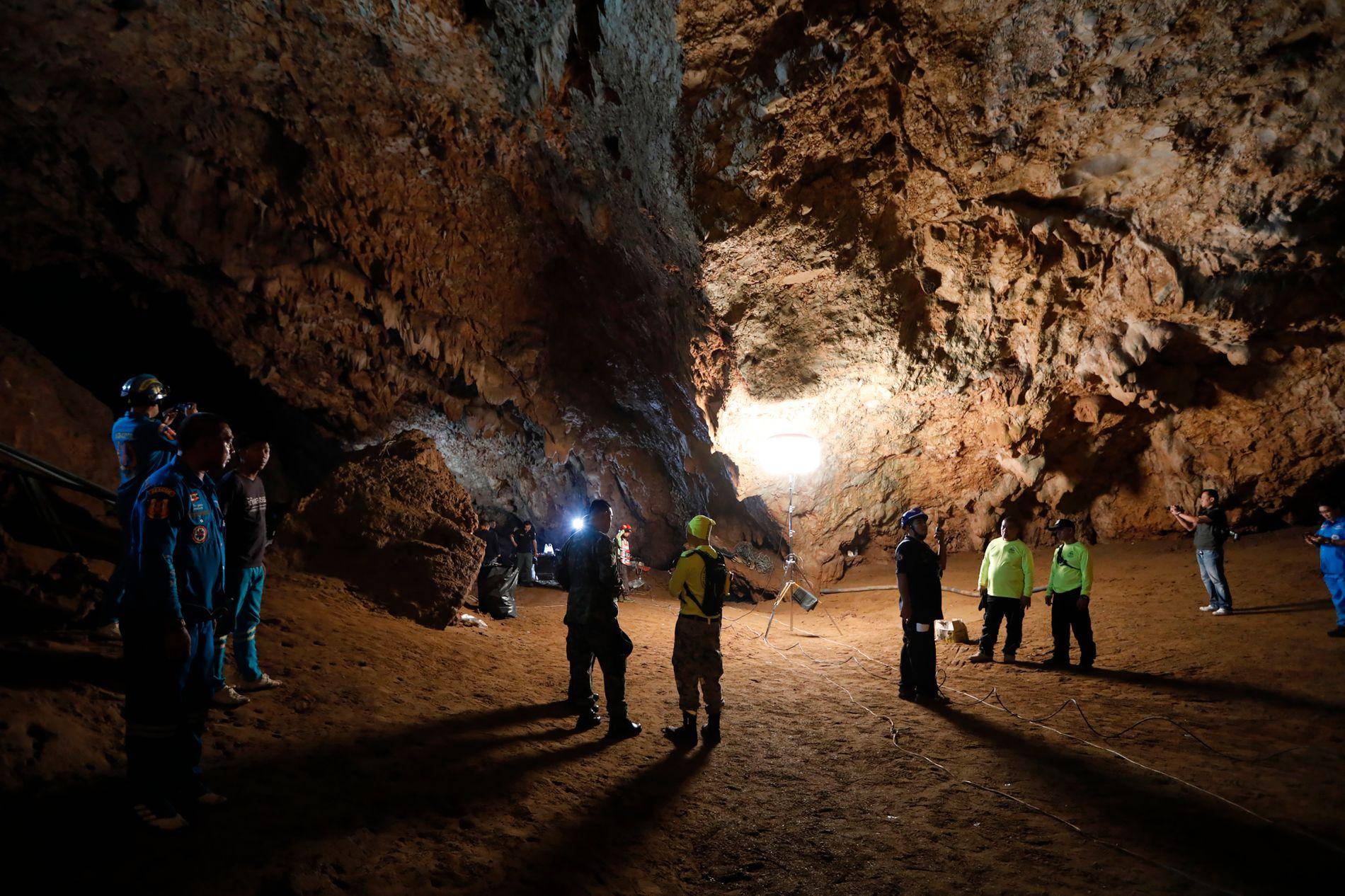 REDNINGSAKSJON: Innsatsstyrkene satser på å få berget de siste personene ut av grotten i dag.