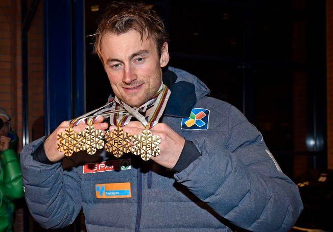 VM-KONGEN: Petter Northug vant fire VM-gull i Falun tidligere i år. Her er han fotografert med alle gullmedaljene på kvelden etter seieren på femmila. Alt tyder på at Northug vil satse i tre nye år, frem mot OL i 2018.