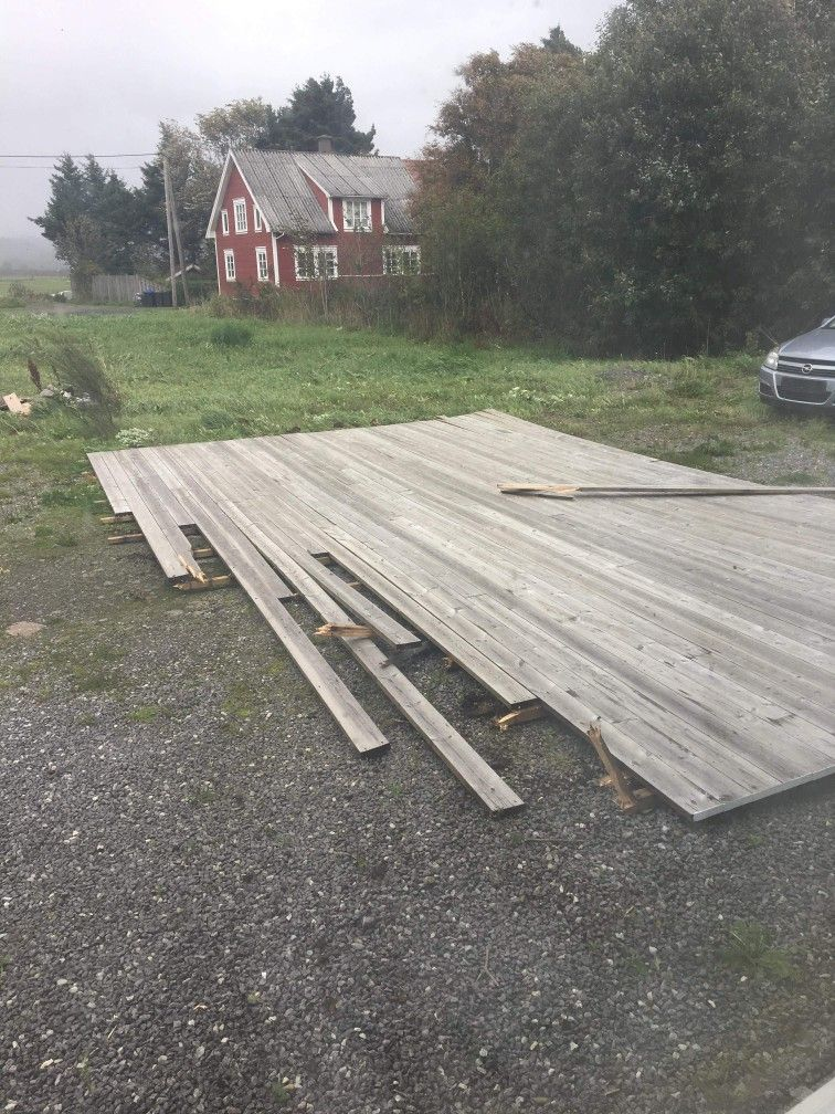 TATT AV VINDEN: Stormen tok tak-terrassen av en bolig på Lista i Vest-Agder og kastet den over på andre siden av huset, skriver en tipser.