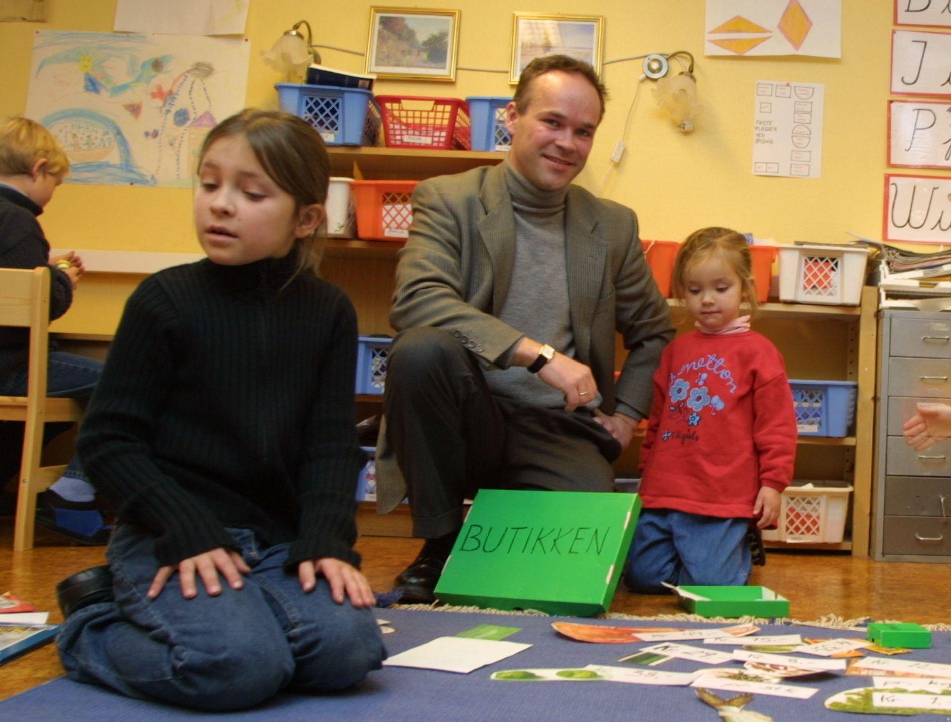 LEKEN PAPPA: Jan Tore Sanner som moderne pappa for 17 år siden med barna Maria og Sigrid i Montessori-skolen på Høvik i Bærum.