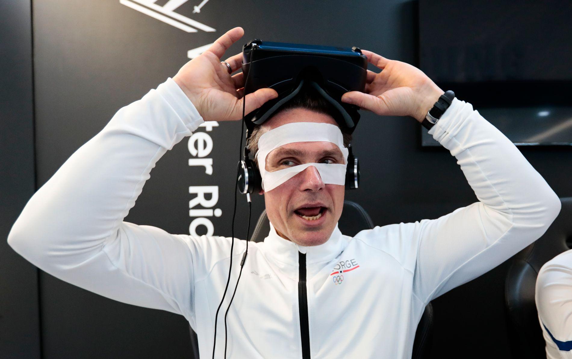 CYBER-ULSRUD: Norges skip Thomas Ulsrud (46) lekte seg med avansert teknologi i forbindelse med det norske curlinglagets pressetreff mandag.