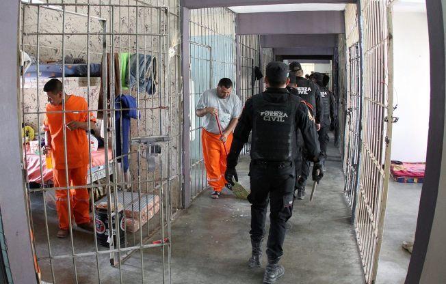 POLITIAKSJON: Politistyrker gikk inn i Topo Chico-fengselet i Monterrey og fratok de innsatte luksuser som saunaer, minikjøleskap og tv-er.