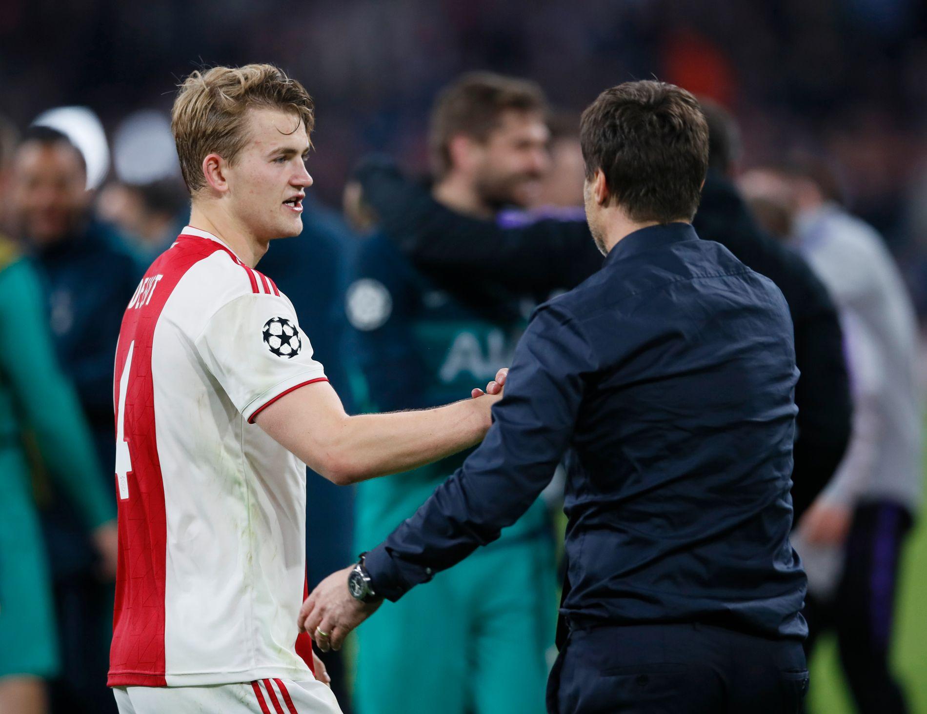 STOR FREMTID: Matthijs de Ligt er bare 19 år gammel, nikket Ajax i ledelsen og var på vei mot å lede laget til Champions League-finalen. Her gratulerer han Mauricio Pochettino med seieren.