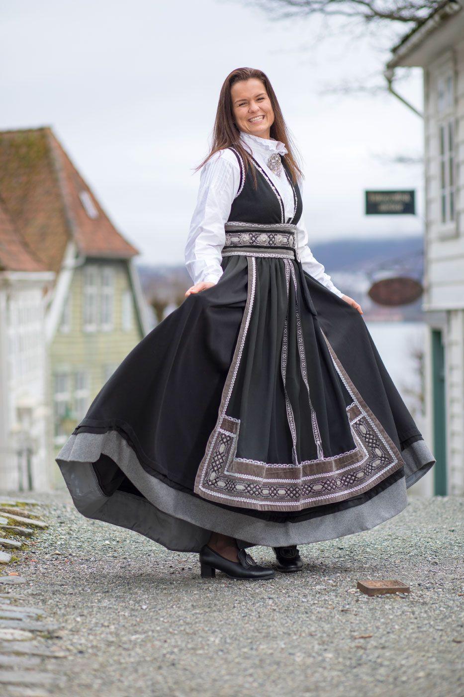 TELEMARK-INSPIRERT: Hermeline festdrakt har lenge vært en bestselger hos Valland.