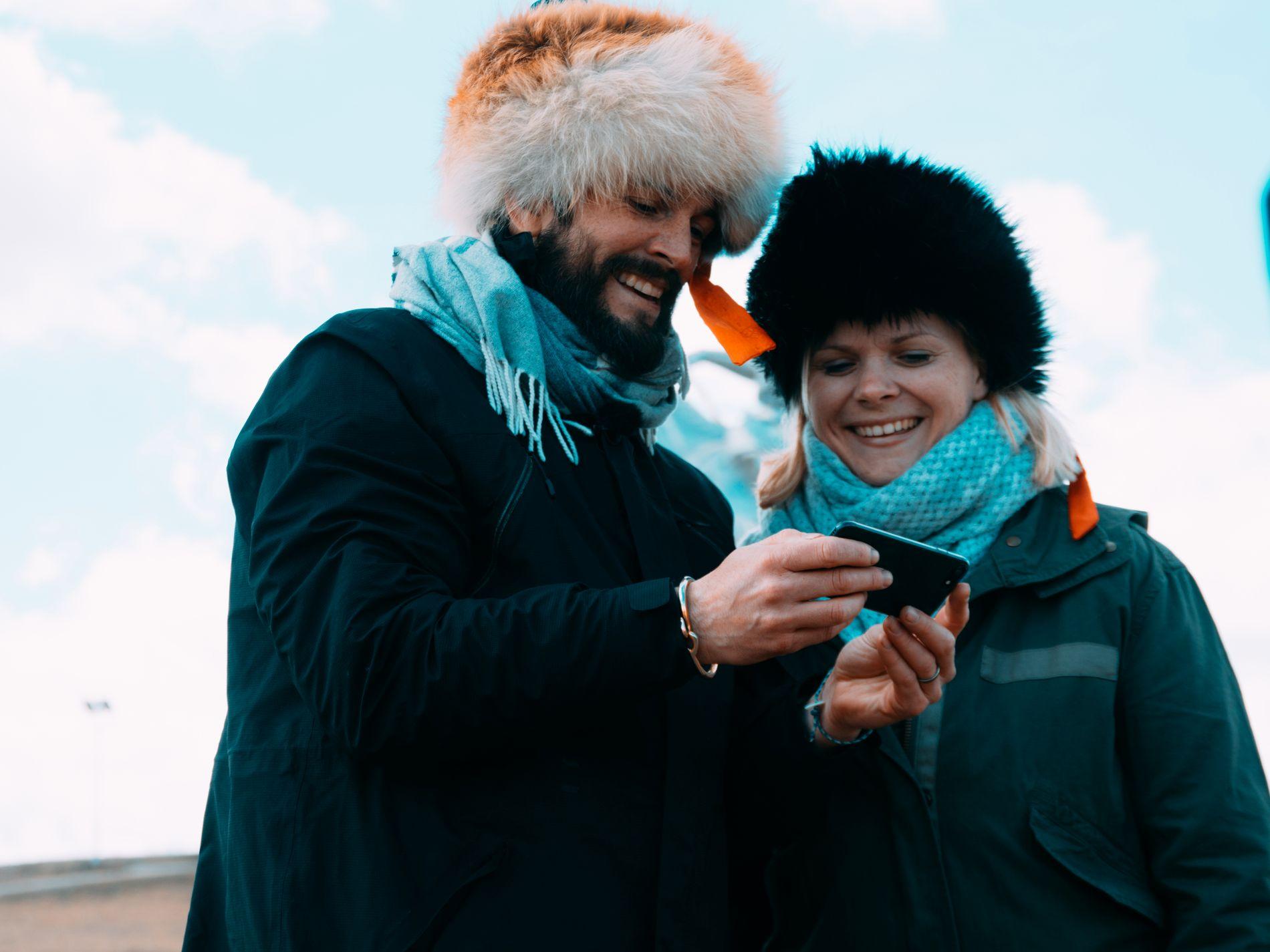 BRIEF: Alle blir briefet på mobil. Her har Kåre Magnus Bergh og Ingrid Gjessing Linhave akkurat møtt Djengis Khan-statuen.