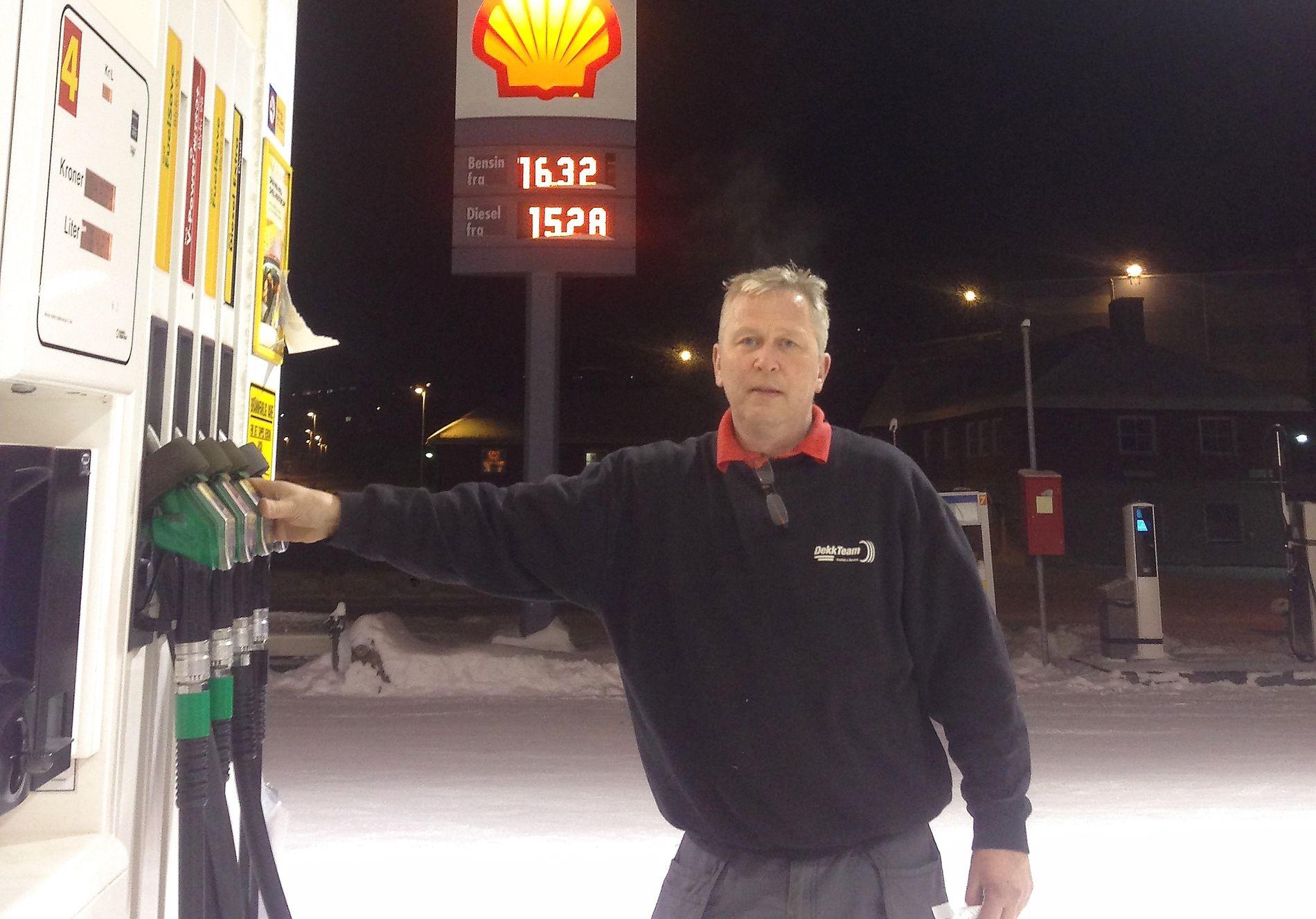 KIRKENES MANDAG: Eier av Shell-stasjonen Kirkenes Service, Knut Rollstad, konkurrerer allerede hardt med russer-diesel til en tredjedel av literprisen på den som ble tilbudt kundene i Kirkenes mandag kveld.