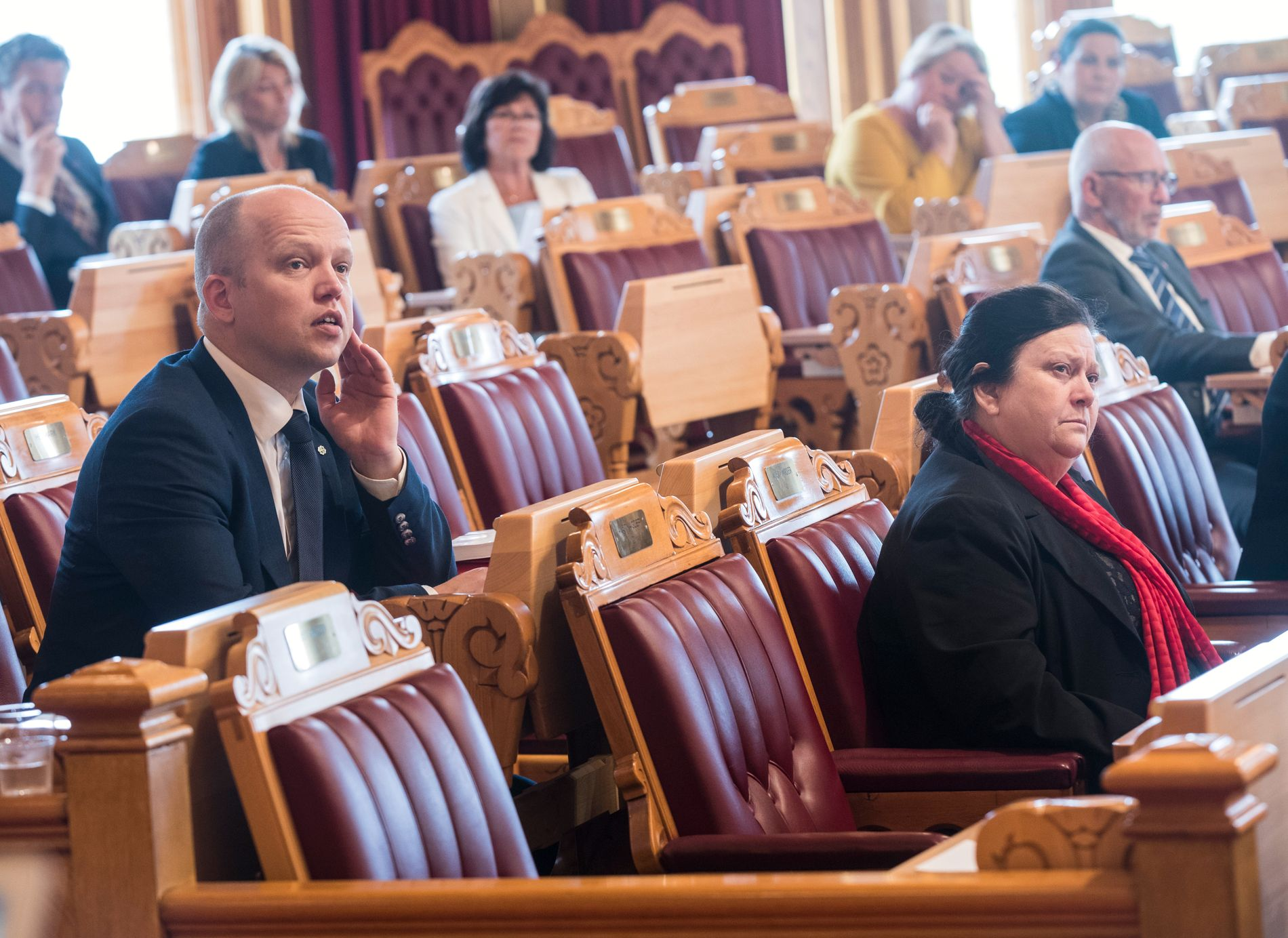 NERVEPIRRENDE: Stortinget behandler tvangssammenslåing av flere kommuner. Ingebjørg Godskesen sitter til høyre i bildet. En rad over til venstre sitter Sp-leder Trygve Slagsvold Vedum.