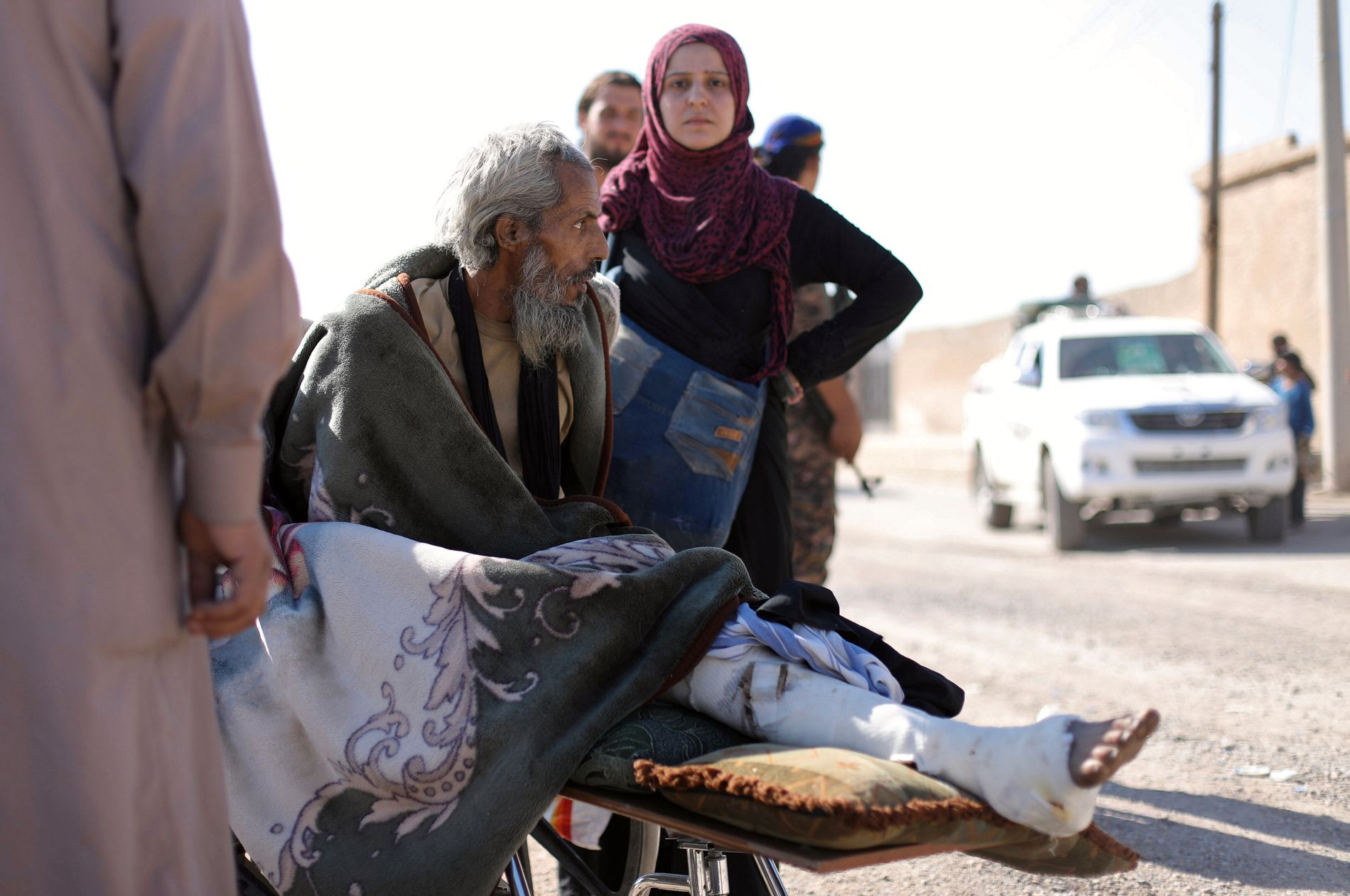 FLYKTER: En skadet mann blir fraktet på en båre ut fra Raqqa 16. oktober.