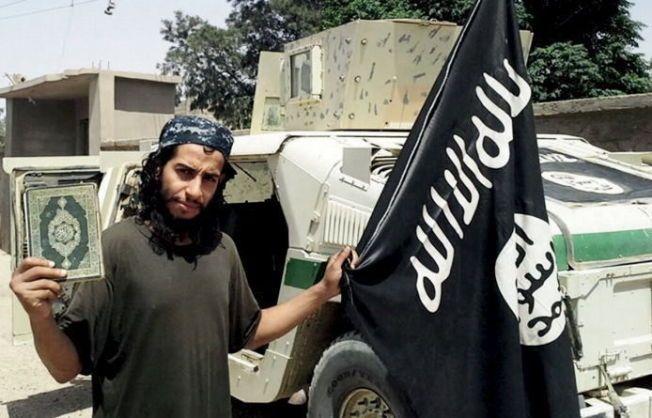 GIKK UNDER RADAREN: Abdelhamid Abaaoud poserte på bilder som ble publisert i IS' propagandamagasin Dabiq. Ni måneder senere ble han drept i etterkant av terrorangrepene i Paris.
