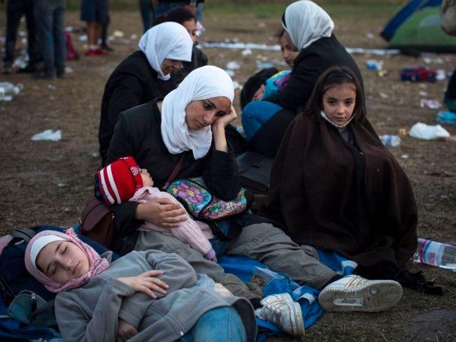 FORTVILET: En familie venter i nærheten av en kontrollpost nær den ungarske byen Roszke torsdag, etter å ha krysset grensen ulovlig via Serbia.
