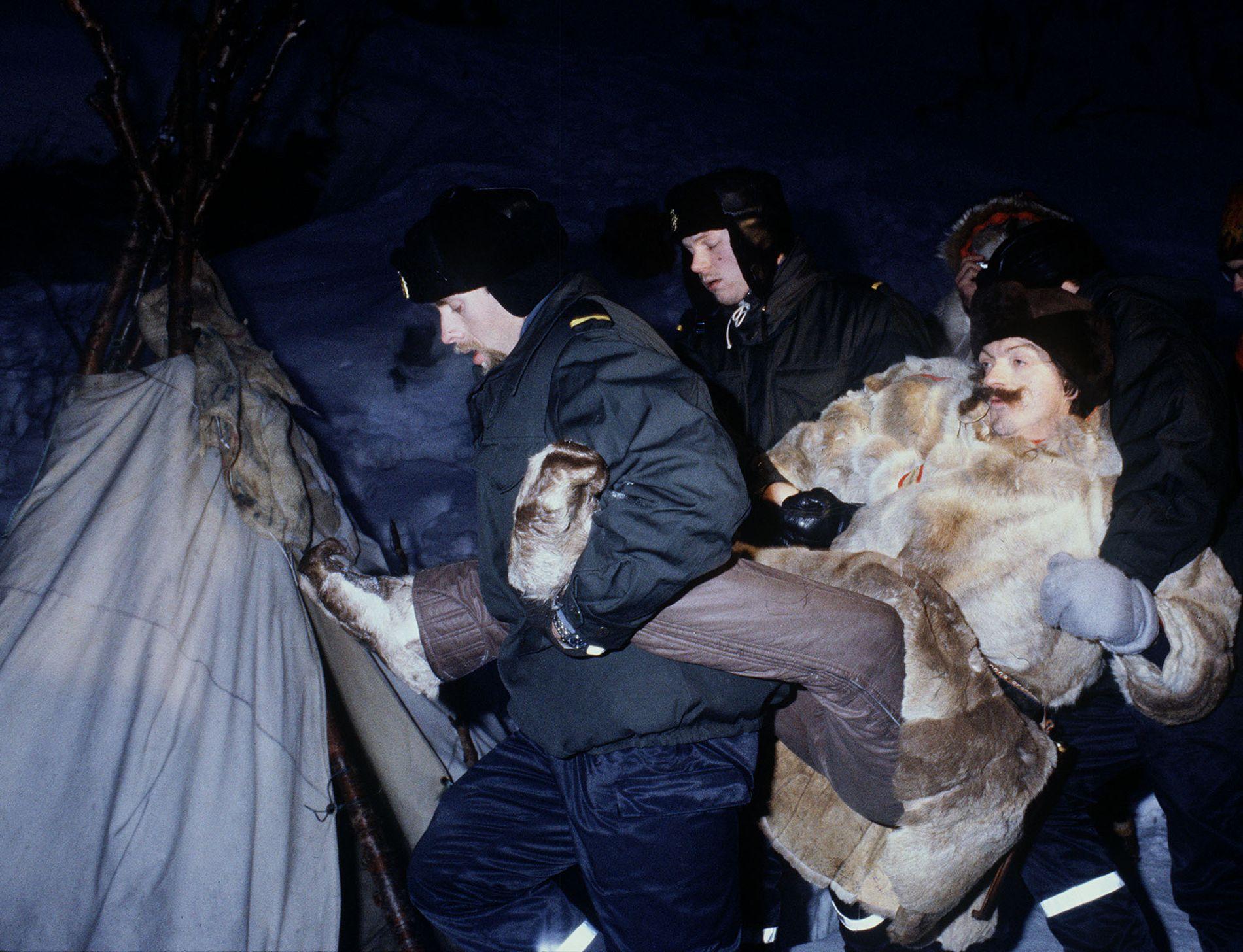 ALTA-AKSJONENE JANUAR 1981: Demonstrant Nils Utsi båret bort av politiet. Han ble fjernet fra Stilla tre ganger, og var førstemann som ble stilt for retten.
