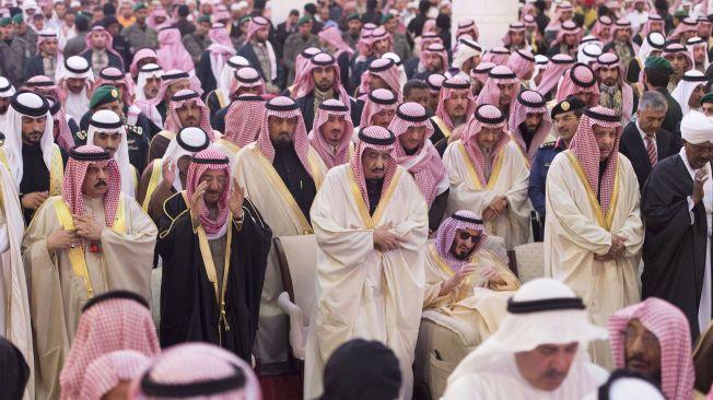 BEGRAVELSE: Saudi-Arabias nye konge, Salman, i sorg over den avdøde kong Abdullah.
