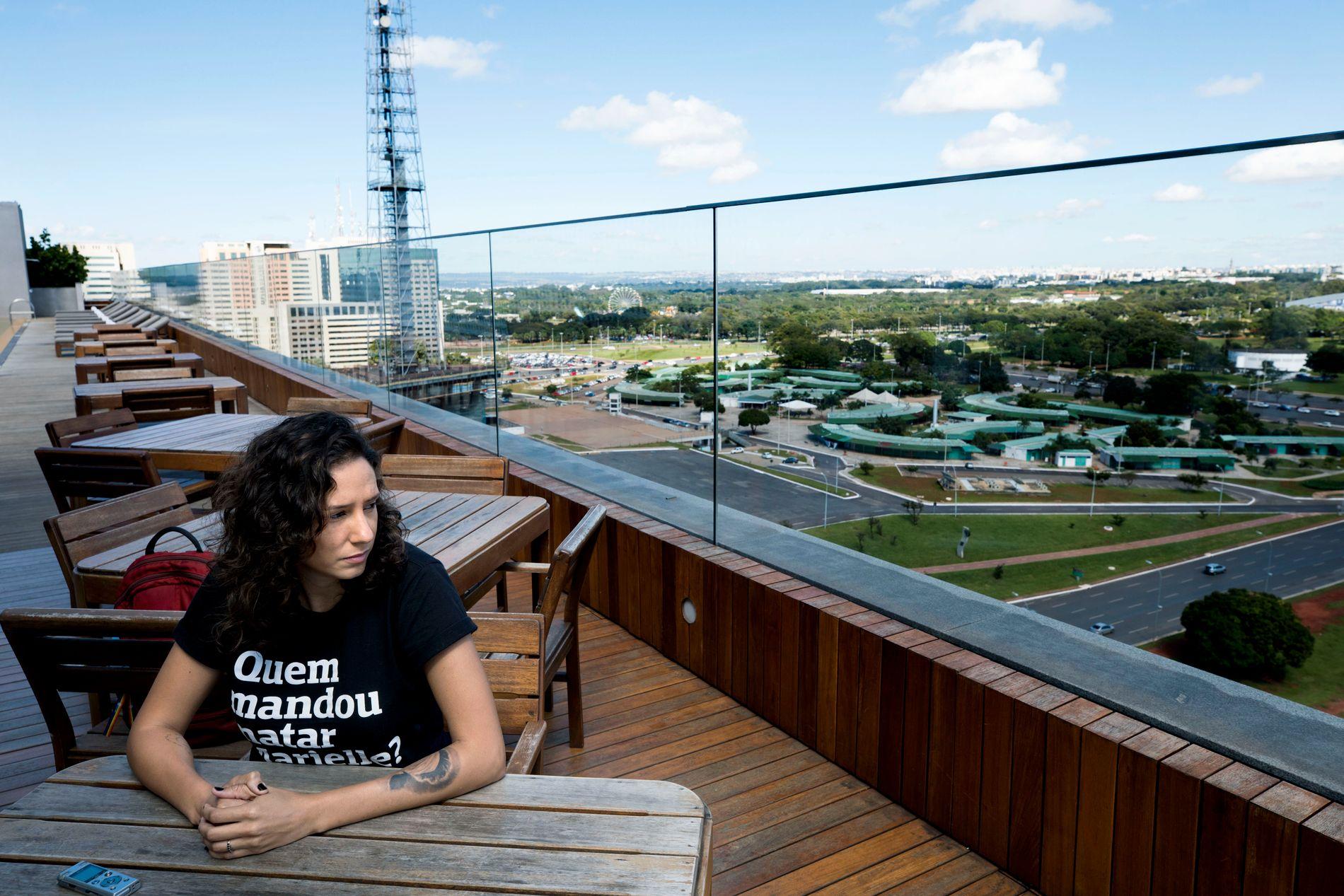 VIL HA SVAR: Monica Benicio møter VG på en takterrasse på et moderne hotell i den brasilianske hovedstaden Brasilia.