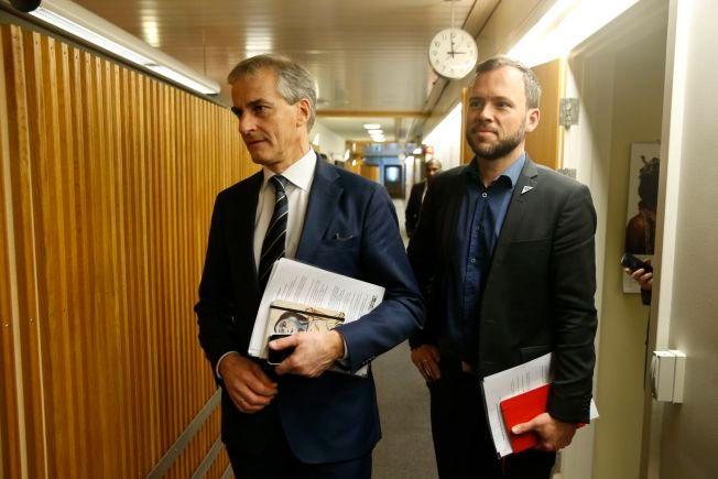 MYE Å VURDERE: De parlamentariske lederne på Stortinget hadde torsdag møte om asylforhandlingene. Her er Jonas Gahr Støre (Ap) og Audun Lysbakken (SV) på vei inn til møtet.