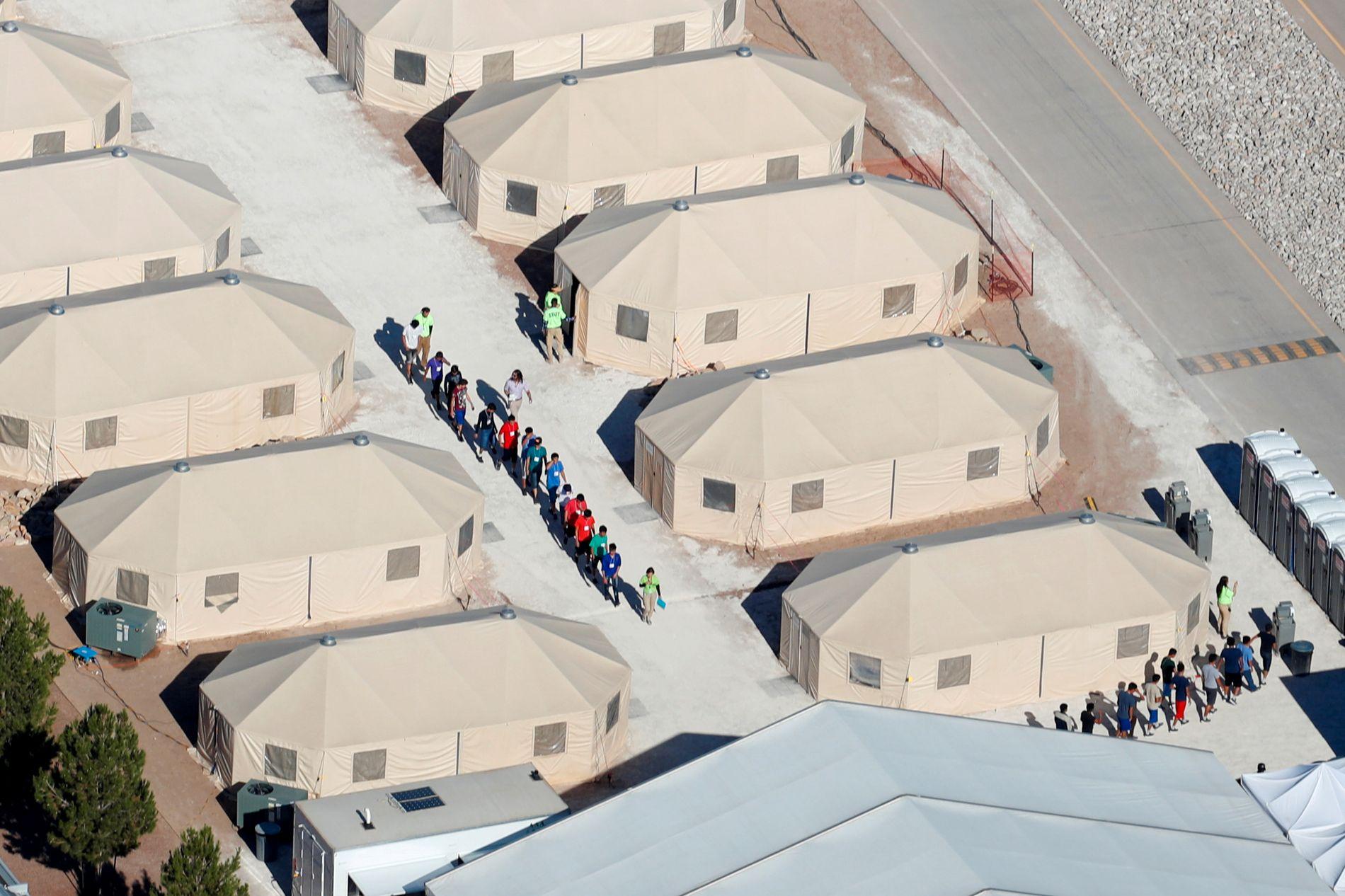 NULLTOLERANSE: Barn, som i mange tilfeller er blitt skilt fra sine foreldre, holdes i teltleire i Texas ved grensen mot Mexico.