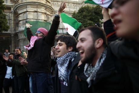 VIL HA STØTTE: Human Rights Watch mener europeiske land bør være mindre fordomsfulle mot politisk islam. Bildet er hentet fra en demonstrasjon mot Syrias president Bashar al-Assad i Kairo i helgen. Foto: Suhaib Salem, Reuters
