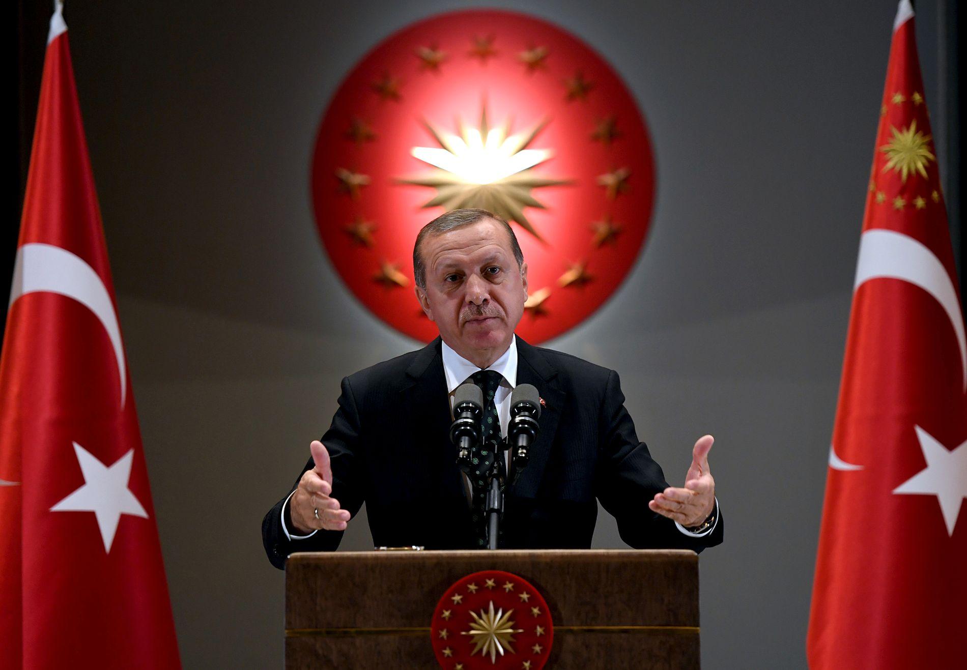 RENSKER STATEN: Tyrkias president Recep Tayyip Erdogan har sagt at staten må renskes for medlemmer av «den parallelle stukturen». Bildet er fra en tale i juni.